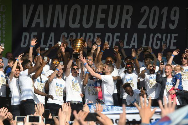 La joie des joueurs du Racing, fiers de présenter la Coupe de la Ligue à leurs supporters