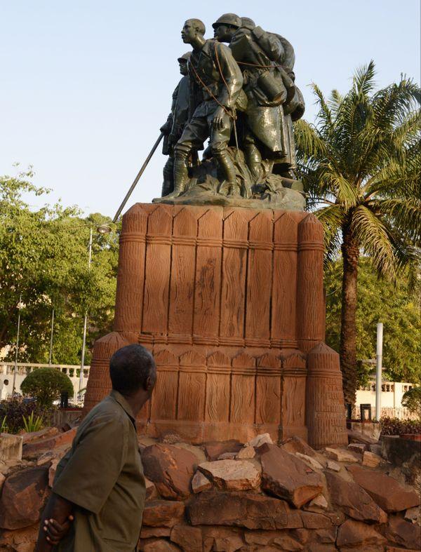 """Le """"Monument aux héros de l'Armée noire"""" inauguré en 1924 à Bamako (Mali)."""