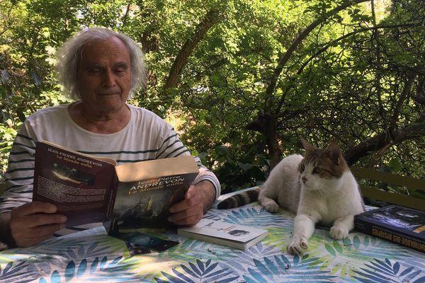 Jean-Pierre Andrevon et l'un de ses chats dans son repaire d'écrivain