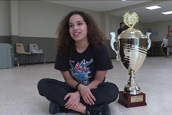 La prodige de 18 ans ne se promène pas tout le temps avec sa coupe de championne de France. Mais depuis le temps qu'elle la voulait, elle en est fière.