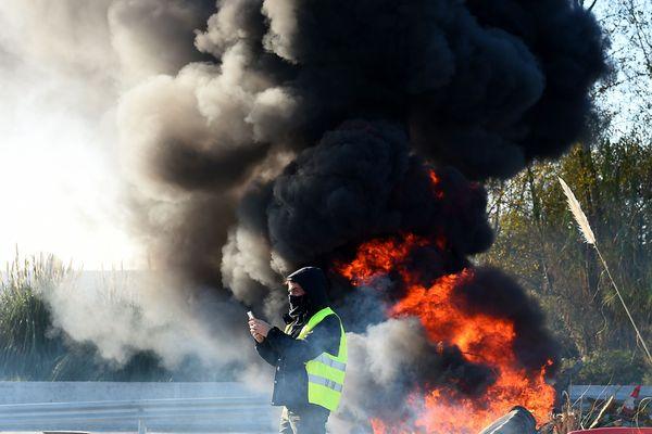 Un gilet jaune devant un départ de feu, à Bordeaux - Photo d'illustration