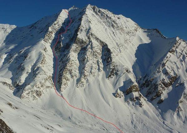 Le couloir nord-ouest des trois Evêchés dans les Hautes-Alpes gravit en snowkite.