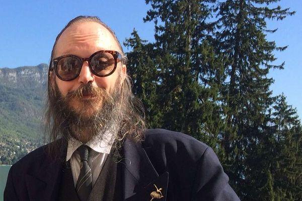 """Anselme Mermillod fondateur de l'OMPF (Office Mermillod Père et Fils), artiste déjanté originaire de Thônes, en Haute-Savoie. Il fait une apparition dans """"I fell good"""", le dernier film de Gustave Kervern et Benoît Delépine"""
