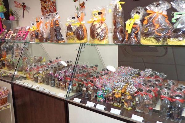 Les chocolats de Pâques ornent les vitrines du magasin de Couzeix
