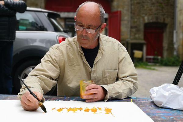 Gildas Flahault en pleine performance artistique pendant la Semaine du Golfe, dans la cour de la galerie Cécile Loiret