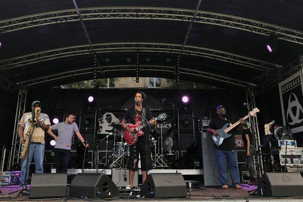 En scène, ce groupe ouvre le festival Relâche à Bordeaux ! Tout un été de musique, de concerts dans des lieux insolites.