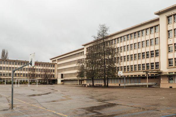 La cour du Lycée Chopin de Nancy toujours déserte.