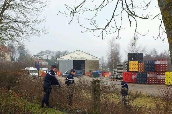 Les gendarmes ont inspecté les lieux ce mercredi matin autour du hangar de la brasserie Vigneron à Montreuil-sur-mer.