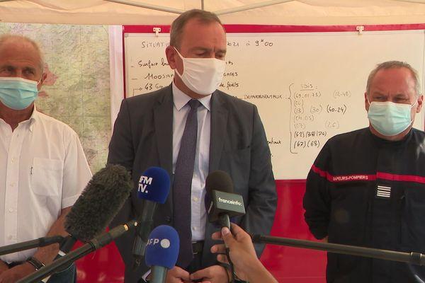 Le préfet du Var, ici au centre, a annoncé l'ouverture d'un guichet unique lors d'une conférence de presse au Luc en Provence