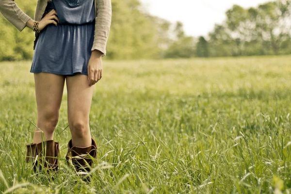 Si tu sors comme ça ma petite fille, tu vas finir par aguicher les garçons ! Mais en même temps tu as raison, tu es libre de porter cette jolie jupe, et puis c'est l'été...