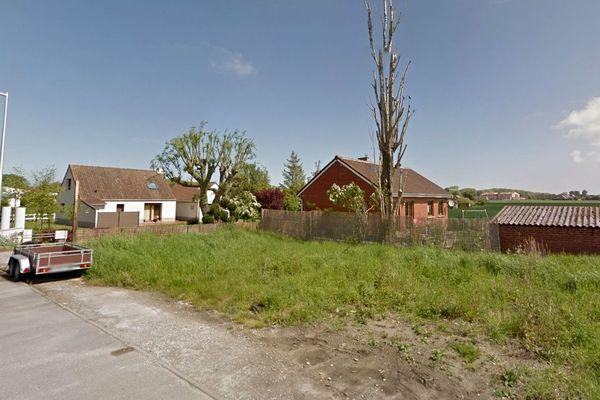 Le corps a été découvert sur ce terrain à Bray-Dunes, en bord de clôture d'une habitation.