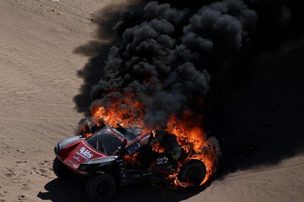 La voiture de Romain Dumas a pris feu lors de la première étape du Dakar 2020, au 69ème kilomètre. / 5 janvier 2020.