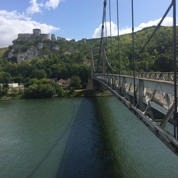 Le pont des Andelys au dessus de la Seine avec à gauche Château Gaillard
