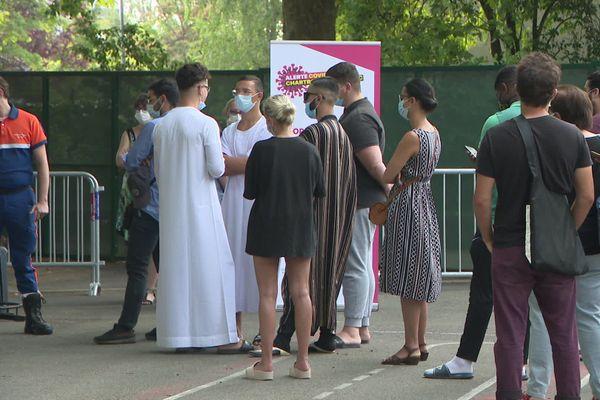 Dès l'ouverture des dizaines de personnes attendaient pour se faire tester dans ce centre de dépistage installé à l'école Condorcet dans le quartier du Grand-Parc à Bordeaux