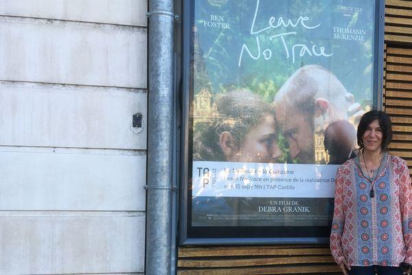 Debra Granik, réalisatrice de « Leave no Trace » pose devant l'affiche de son film présenté à Poitiers en avant-première, samedi 15 septembre 2018.