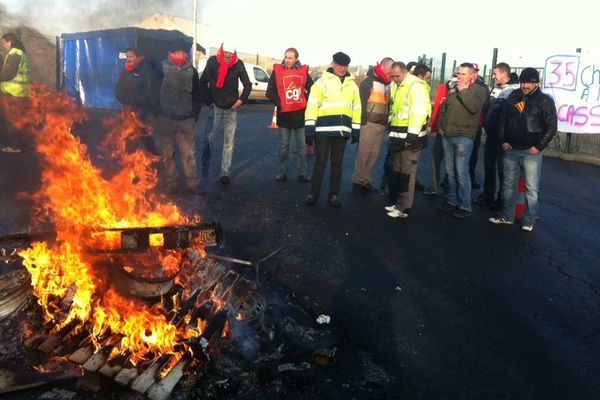 Les salariés d'INDRA en grève devant leur usine de recyclage de Noyelles-Godault.