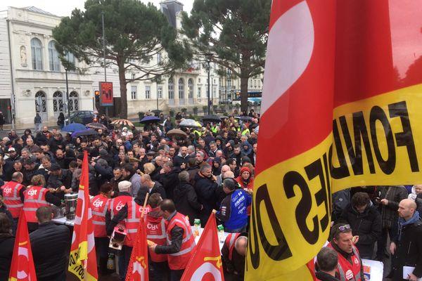 Des salariés des fonderies du Poitou d'Ingrandes-sur-Vienne manifestent devant l'hôtel de ville de Châtellerault (Vienne), le 6 mars 2019, pour la sauvegarde de leur outil de travail.