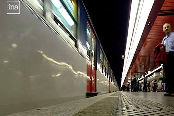 Les mesures de sécurité renforcées dans les transports en commun parisiens après l'attentat de juillet 1995, à la station de RER Saint-Michel, à Paris.