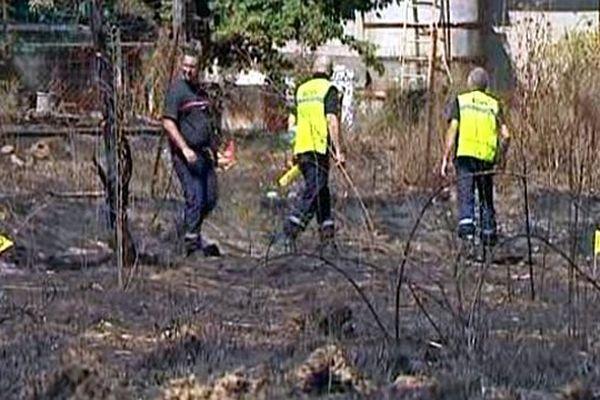Saint-Bauzille-de-Montmel (Hérault) - les experts pompiers, gendarmes et les agent forestiers enquêtent après l'incendie - 9 août 2015.