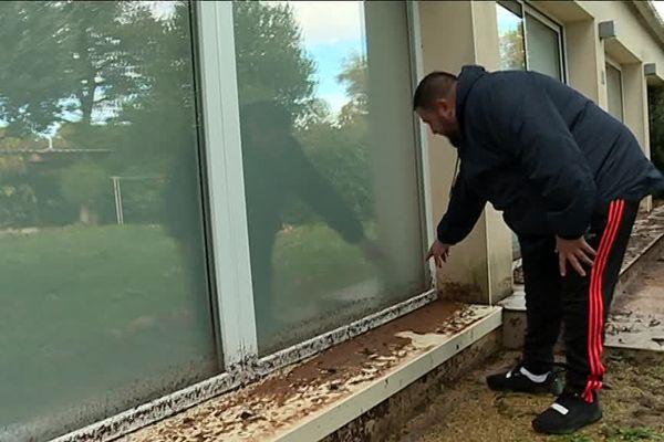 Cet habitant de Trans-en-Provence (Var) montre jusqu'où l'eau boueuse est montée devant sa maison.