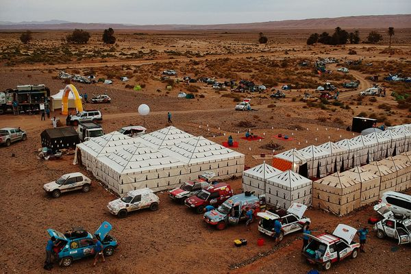 Dans les tentes situées un peu en retrait au loin, le confort des concurrents est spartiate !