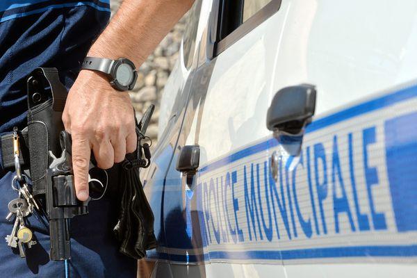 Les policiers municipaux pourront désormais être armés avec des pistolets 9 mm au lieu des revolvers (comme ici).