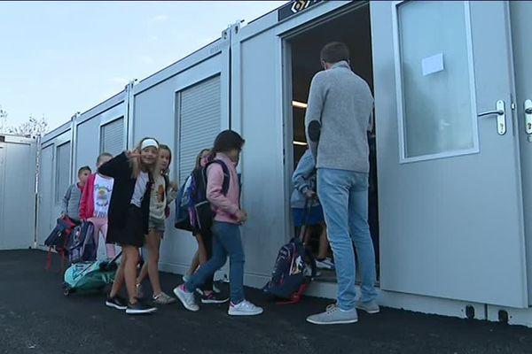 Quelques mois après l'incendie de leur école, les enfants de Potigny ont retrouvé des salles de classe installées dans des algeco