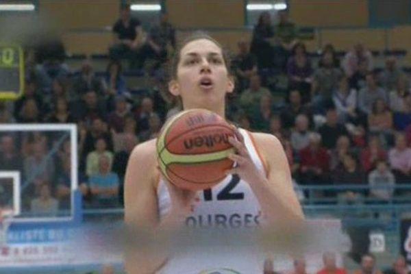Bourges basket: l'australienne Marianna Tolo s'apprête à marquer un panier face à Kosice dans le match des plays-off aller qui s'est joué au Prado le 11 mars 2014.