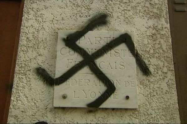 Des croix gammées et des tags injurieux ont été dessinés sur les murs de la permanence du Parti communiste à Auxerre, dans l'Yonne.