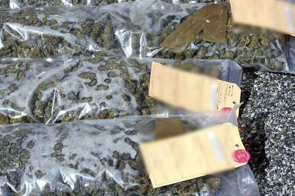 Les douaniers de Romans-sur-Isère ont saisiplus de 27 kg de cannabis dissimulés dans un corbillard en route pour la Roumanie.