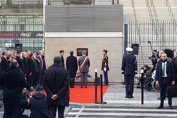 Le président de la République Emmanuel Macron, accompagné du maire communiste de Saint-Denis Laurent Russier, s'est recueilli quelques minutes devant la plaque saluant la mémoire du Rémois Manuel Dias.