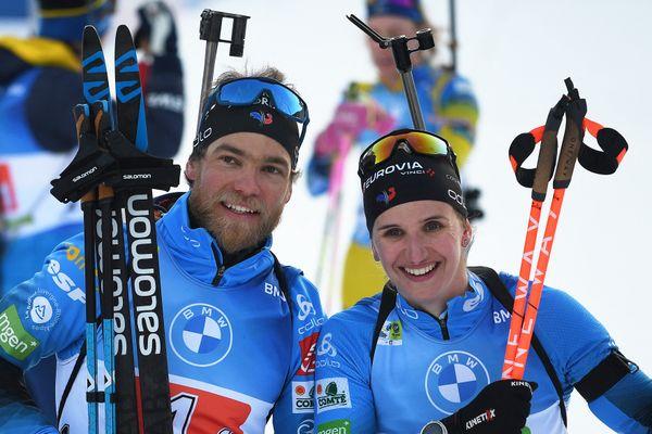 Les Français Antonin Guigonnat et Julia Simon après leur victoire sur le relais mixte simple des Mondiaux de biathlon à Pokljuka, le 18 février.