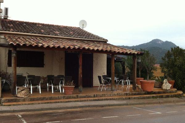 """C'est ici devant ce bar """"U Culombu"""" situé sur la RN 198 à Sainte Lucie commune de Zonza que l'assassinat a été perpétré"""