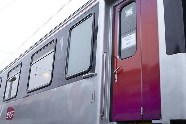 En ce week-end de départs en vacances, il y avait 300 personnes à bord du train (illustration).