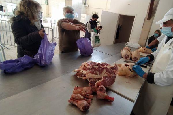Canards gras à l'atelier découpe du marché de Gimont