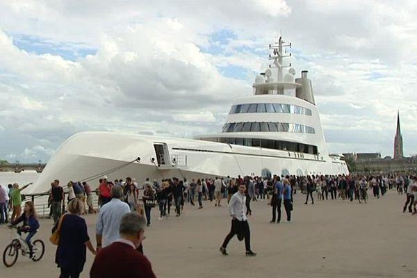 """Arrivé dimanche dans le Port de la Lune, le bateau de grand luxe au nom simplissime de """"A"""", fait une brève escale jusqu'à lundi après-midi."""