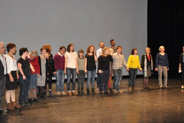 Les danseurs, la chorégraphe et les réalisateurs du film heureux de se retrouver