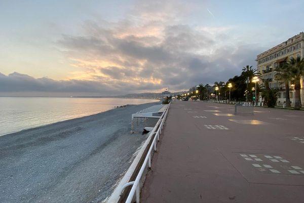 Couvre-feu et début d'un premier week-end de confinement sur la Promenade des Anglais à Nice ce vendredi 26 février.