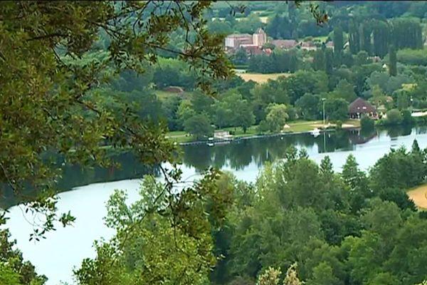La Dordogne a donné son nom au département, c'est un lieu de tourisme réputé, mais aussi une terre de légende, de gastronomie et de sport...