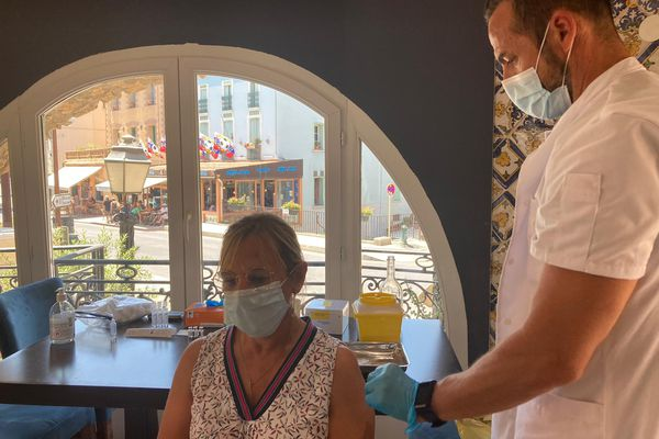 """Premier jour de vaccination des professionnels du tourisme au restaurant """"La Frégate"""" à Collioure (66)"""