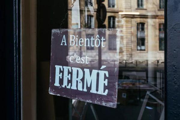 Un écriteau sur la porte d'un magasin, à Paris, le 18 mars 2020. (MATHIEU MENARD / HANS LUCAS / AFP)