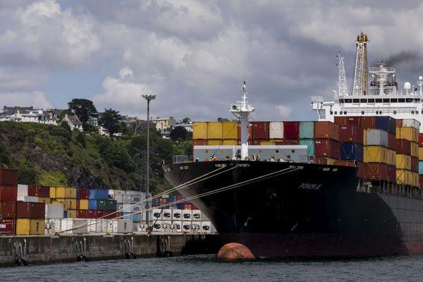 Un porte-conteneurs dans le port de Brest