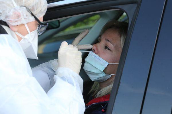 Le test RT-PCR consiste à introduire un écouvillon dans le nez du patient testé, jusqu'au pharynx pour prélever des tissus et détecter la présence du virus.