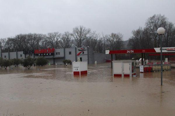 Le supermarché sous un mètre d'eau