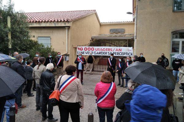 Les manifestants ont bloqué l'entrée de la Trésorerie d'Elne dès 8h, ce mercredi 21 avril 2022.
