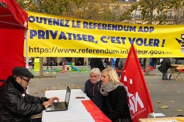 Rassemblement place de la République en faveur du référendum contre la privatisation d'ADP