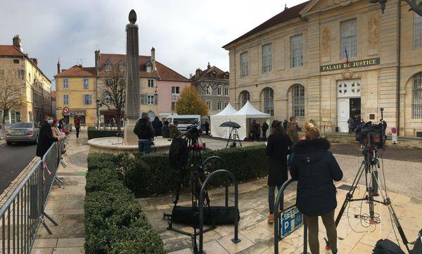 Quelques badauds sont postés devant le tribunal de Vesoul, ce premier jour du procès de Jonathann Daval.
