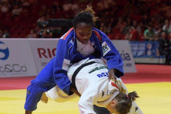 Clarisse Agbegnenou face à Tina Trstenjak lors de la finale des -63 kg aux Championnats du monde de judo, le 31 août 2017 à Budapest.