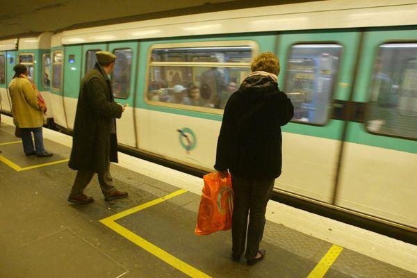 Illustration : sur le quai du métro parisien
