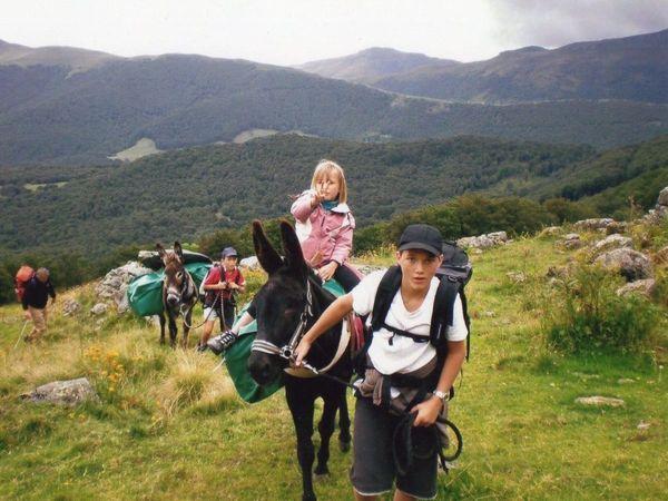 L'association Montagne Evasion Rando-Ane organise des balades à dos d'ânes à Saulzet-le-Froid dans le Puy-de-Dôme.